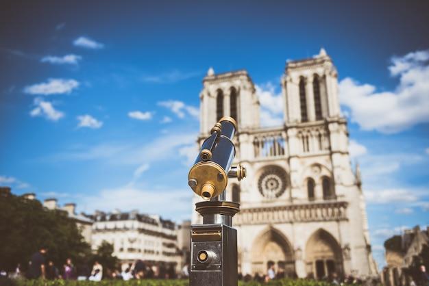 Télescope Surplombant Notre Dame Photo Premium