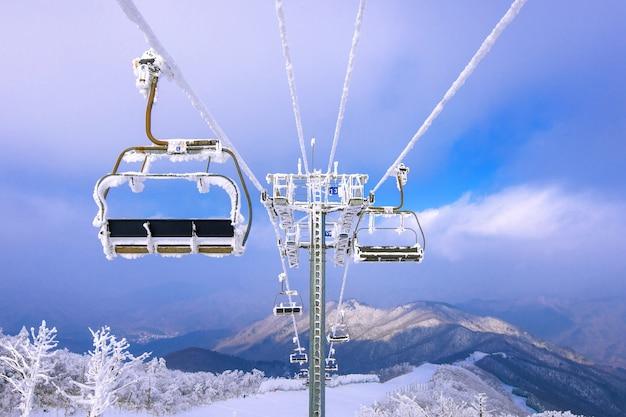 Télésiège De Ski Est Recouvert De Neige En Hiver, Corée Photo gratuit