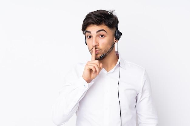 Télévendeur Homme Arabe Travaillant Avec Un Casque Sur Mur Blanc Faisant Le Geste De Silence Photo Premium