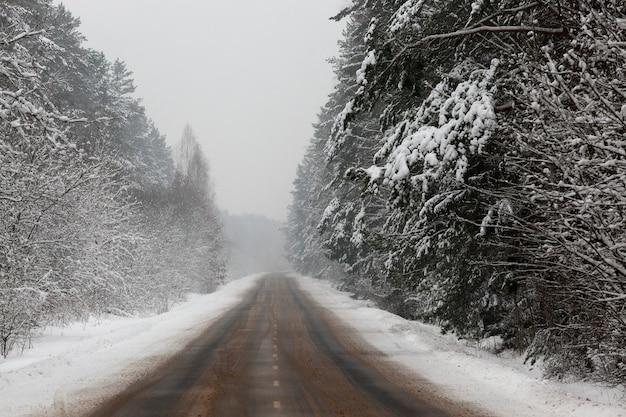 Tempête De Neige Sur La Route En Hiver Photo Premium