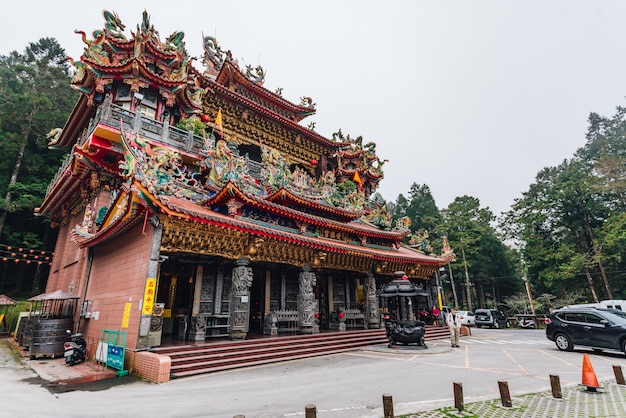 Temple Alishan Shouzhen: Le Plus Grand Temple D'alishan Avec Les Touristes. Photo Premium