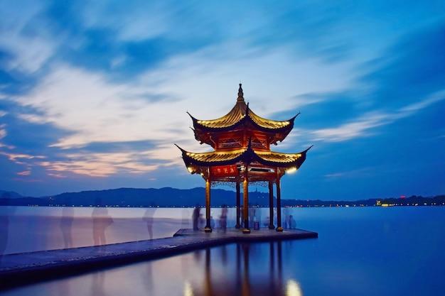 Temple au milieu d'un lac Photo gratuit