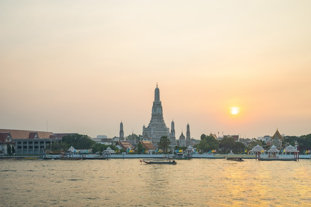 Temple bangkok wat arun avec rivière chao phraya à bangkok, thaïlande Photo Premium