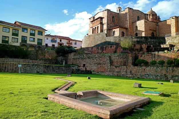 Temple du soleil des incas ou coricancha avec le couvent de santo domingo église, cusco, pérou Photo Premium