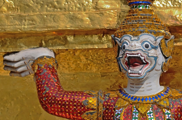 Temple géant du wat pra kaeo, thaïlande Photo Premium