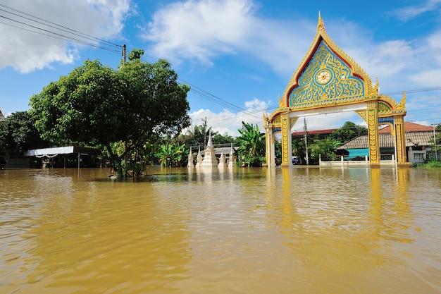 Temple inondé à nakorn rachasrima au nord-est de la thaïlande. Photo Premium