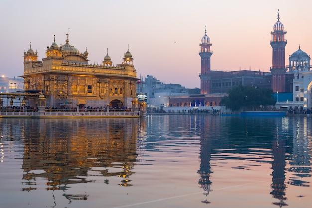 Le temple d'or d'amritsar, au pendjab, en inde, est l'icône la plus sacrée et le lieu de culte de la religion sikh. Photo Premium