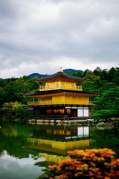 Temple d'or célèbre kyoto japon Photo gratuit