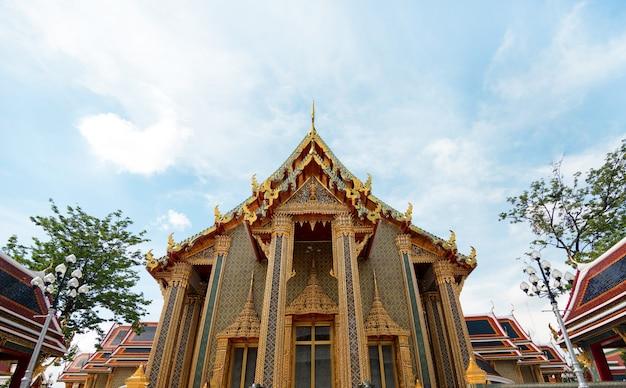 Temple Public Thaïlandais Pour Le Tourisme à La Lumière Du Jour Photo Premium