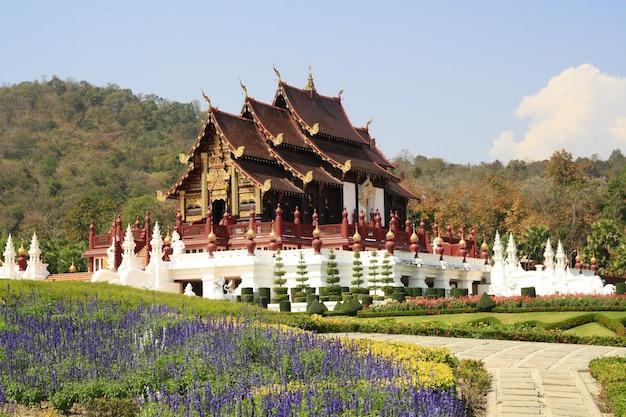 Temple royal en bois dans le jardin de la fleur et la montagne, chiang mai thaïlande Photo Premium