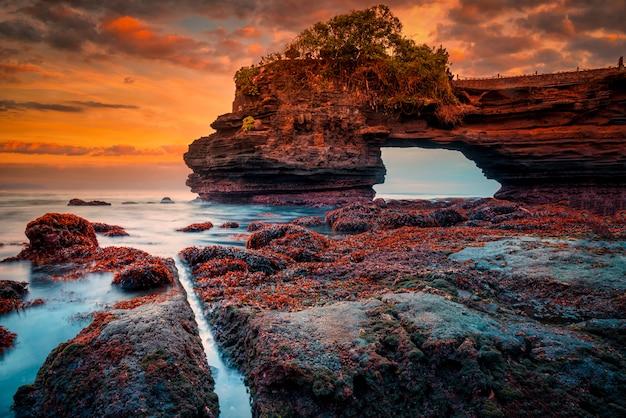 Temple De Tanah Lot Sur Mer Au Coucher Du Soleil Sur L'île De Bali, Indonésie. Photo Premium