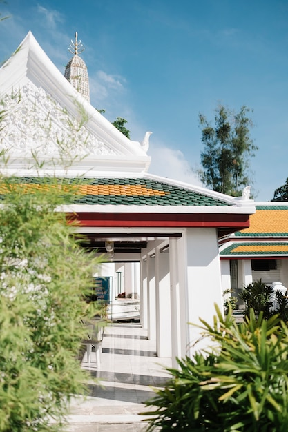 Temple thaïlandais blanc et arbre Photo gratuit
