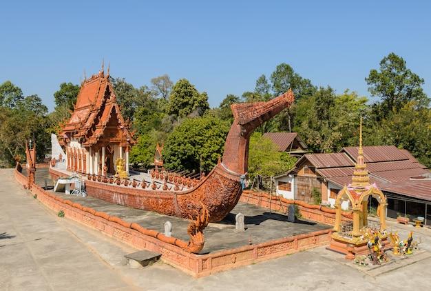 Temple Thaïlandais En Forme De Barge Suphannahong, Thaïlande Photo Premium
