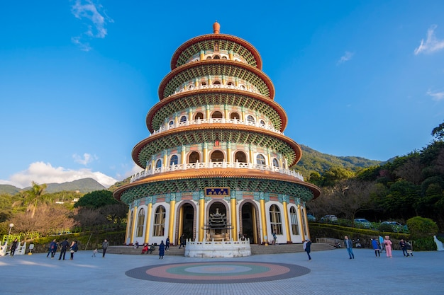 Temple tianyuan avec ciel bleu, l'endroit le plus célèbre pour les touristes à taiwan Photo Premium