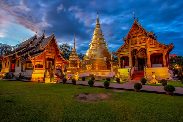 Temple wat phra sing dans la province de chiang mai, thaïlande Photo Premium