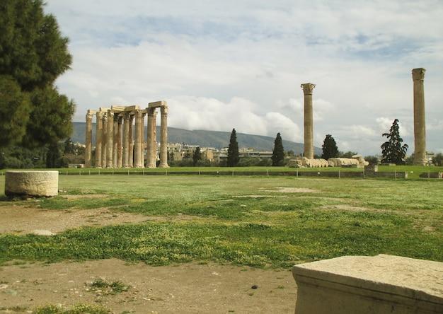 Le temple de zeus olympien au centre ville d'athènes, grèce Photo Premium