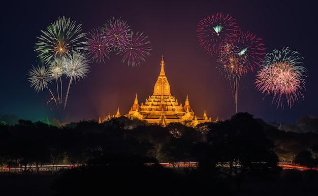 Temples antiques à bagan au soir avec feux d'artifice, myanmar Photo Premium