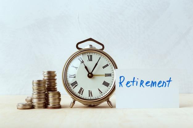 Le Temps C'est De L'argent, Horloge De Table Avec Des Pièces Photo Premium