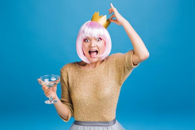 Temps De Fête Lumineux De Drôle De Jeune Femme Avec Champagne, Couronne D'or Sur La Tête En S'amusant. Couper Les Cheveux Roses, Exprimer Le Bonheur, étonné, Fête Du Nouvel An, Carnaval. Photo gratuit