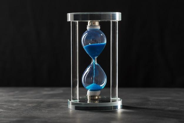 Le temps passe. sablier bleu Photo Premium