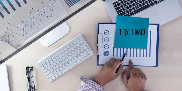 Temps pour les impôts planification argent comptabilité financière fiscalité homme d'affaires Photo Premium
