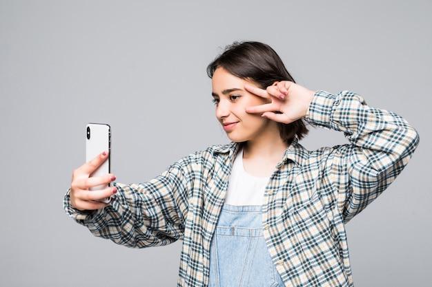 Temps De Selfie. Joyeuses Jeunes Femmes Faisant Selfie Par Son Téléphone Intelligent Isolé Photo gratuit