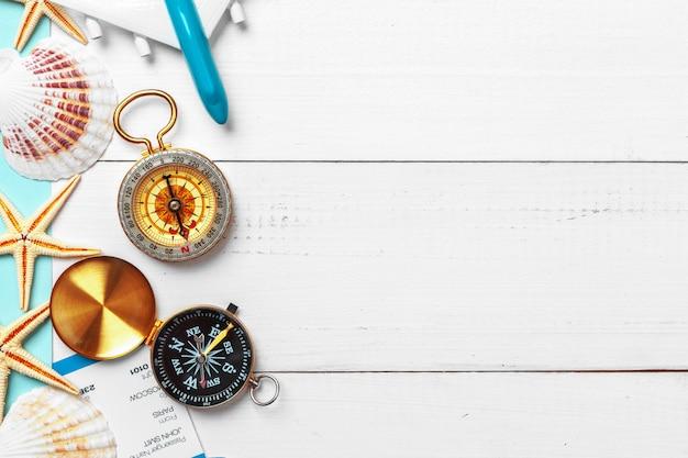 Temps De Voyage. Idée De Tourisme Avec Billets Et Boussole. Photo Premium