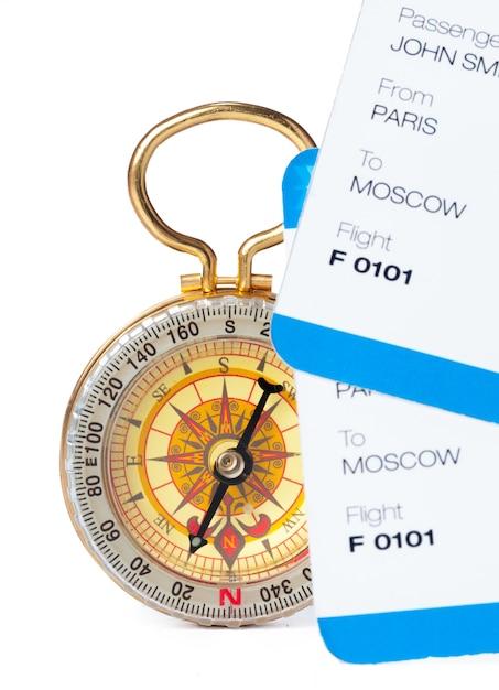 Temps de voyager. idée de tourisme avec billet et boussole isolés. concept sur le thème des vols Photo Premium