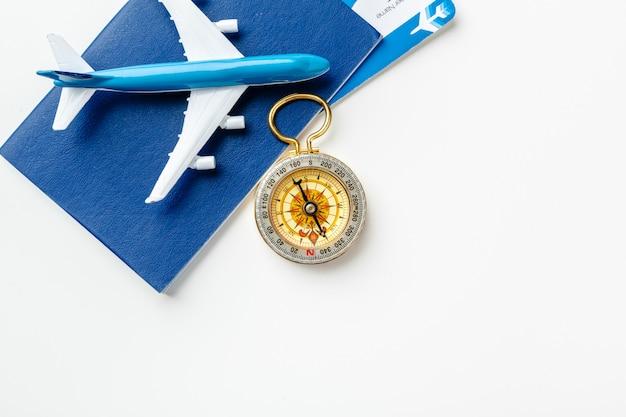 Temps De Voyager. Idée De Tourisme Avec Billets D'avion Et Boussole Sur Blanc Photo Premium