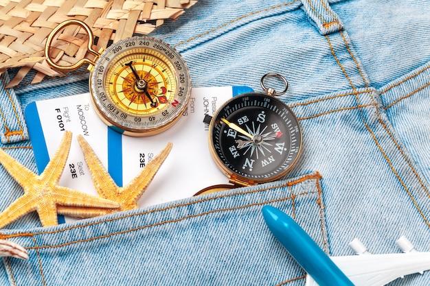 Temps De Voyager. Idée De Tourisme Avec Des Billets Et Une Boussole. Photo Premium