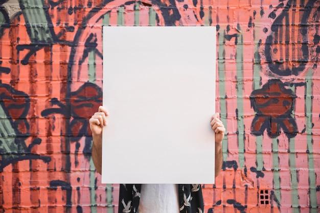 Tenant l'affiche Photo gratuit