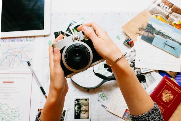 Tenant la caméra en mains Photo Premium