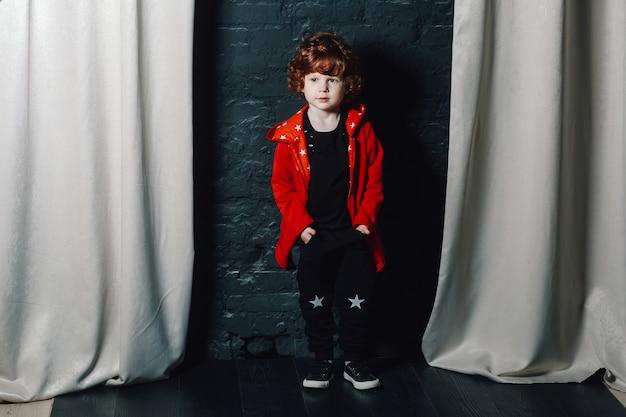 Tendance enfant garçon posant avec ses mains dans les poches Photo Premium