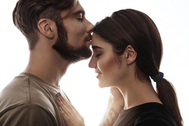 Tendre Coup De Bel Homme Embrassant La Femme Au Front. Photo gratuit