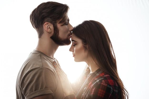 Tendre Photo De Jeune Couple. Homme Embrassant La Femme Au Front. Photo gratuit