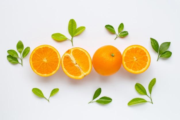 Teneur élevée en vitamine c. agrumes orange frais avec des feuilles isolées sur blanc. Photo Premium