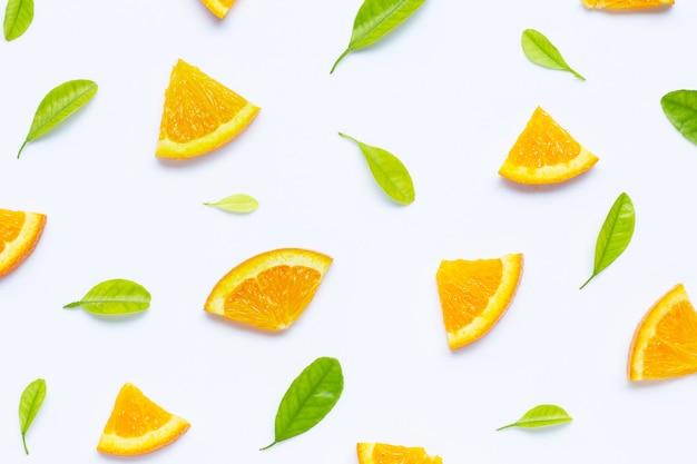 Teneur élevée en vitamine c, couper des oranges mûres et juteuses sur un motif blanc Photo Premium