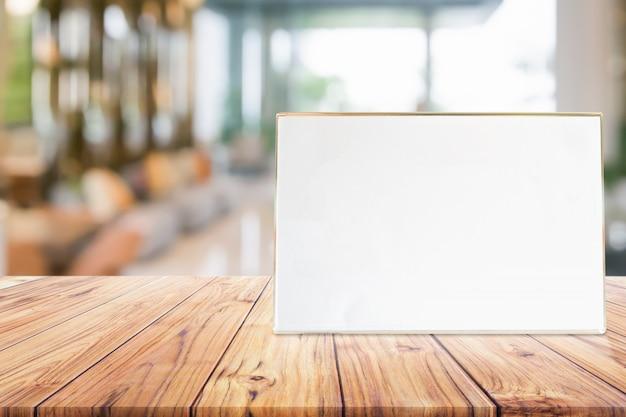 Tenez-vous-en-mock carte de cadre de menu ou tableau d'affichage à l'intérieur de l'arrière-plan flou Photo Premium