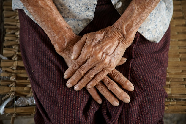 Tenir La Main De La Grand-mère Asiatique Photo Premium