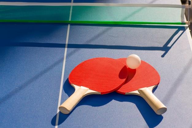 Tennis de table ping pong deux pagaies et balle blanche Photo Premium