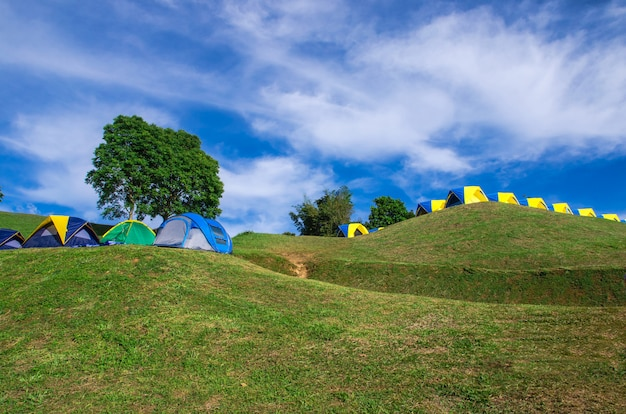 Tente de camping sur green hill Photo Premium
