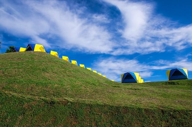 Tente de camping sur green hill Photo Premium
