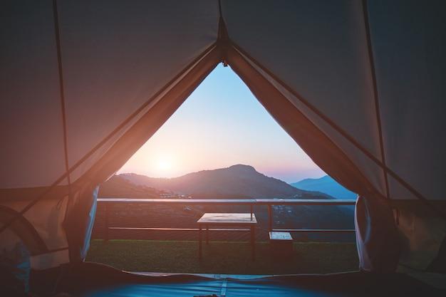 La tente en toile regarde de l'intérieur pour voir la vue naturelle du matin. Photo Premium
