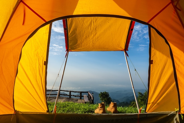 Tentes de camping sur la montagne au lever du soleil à chiang rai, en thaïlande. Photo Premium