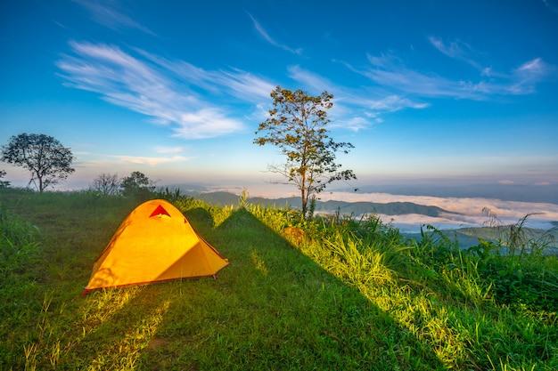 Tentes de camping sur la montagne à chiang rai, thaïlande. Photo Premium