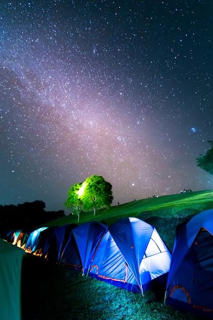 Tentes à doi samer daw, photographie nocturne de la voie lactée au-dessus des tentes au parc national de sri nan, thaïlande Photo Premium