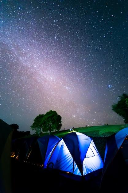 Tentes à Doi Samer Daw, Photographie Nocturne De La Voie Lactée Au-dessus Des Tentes Au Parc National De Sri Nan Photo Premium