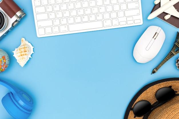 Tenue et accessoires du voyageur sur fond bleu avec espace de copie, concept de voyage, vue en hauteur des accessoires du voyageur, éléments de vacances essentiels, concept de voyage sur fond bleu. vue de dessus Photo Premium