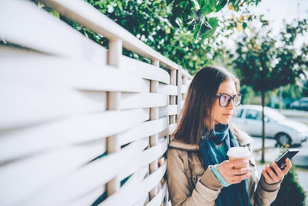 Tenue femme, café à emporter, utilisation, téléphone intelligent Photo Premium