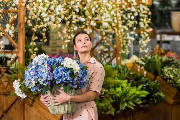 Tenue femme, pot, fleurs, serre Photo gratuit